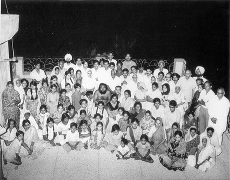 swamiji ddterrace with babaji crowd 1021 800w